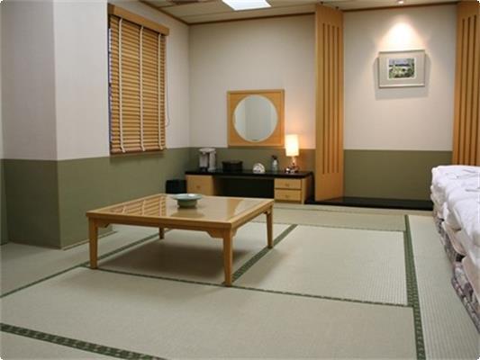 和室【12畳】。 最大で布団4組まで使用可。