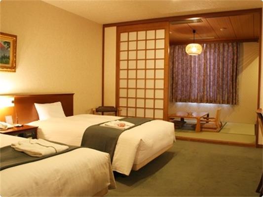 和洋室【35.3㎡】。6畳の和室部分に布団2組使用可。 合計4名宿泊可能です!
