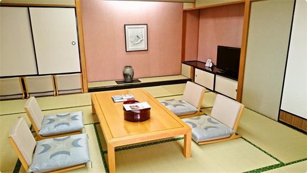 角部屋の展望和洋室(写真は12畳の和室)お部屋からは利根川や榛名山が一望できる。