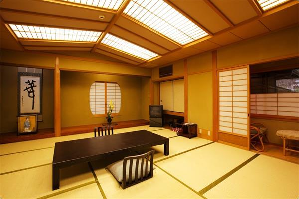船底天井に嗜好を凝らした少し広めのお部屋です。グループの方でお泊り頂けます。