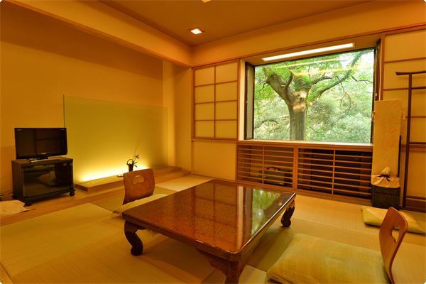 本館西スタンダードなお部屋「笹」大きな窓が一枚の絵のように奈良公園を映しています。 緑いっぱいの奈良公園、そして葉を落とした冬枯れの奈良公園、季節によって窓の景色が移り変わります。
